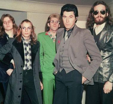 Roxy Music: da esq. para a dir. Brian Eno é o 2º, e Bryan Ferry é o 4º