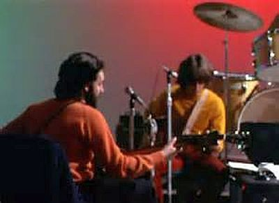 "Paul (de costas) e George nas tensas sessões de ""Let It Be"""