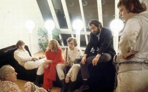 """Stanley Kubrick (de paletó escuro) com os atores durante as filmagens de """"Laranja Mecânica"""""""