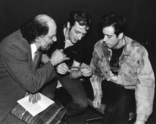 Ginsberg, Strummer e Jones a trocar figurinhas