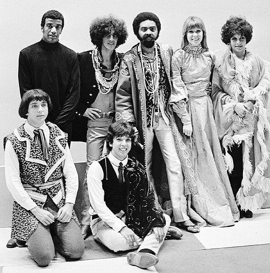 Em pé: Jorge Ben, Caetano Veloso, Gilberto Gil, Rita Lee e Gal Costa Sentados: Sérgio Dias e Arnaldo Baptista