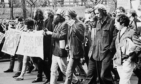 Passeata contra a Guerra do Vietnã. Na frente, de cartola, o poeta beat Allen Ginsberg