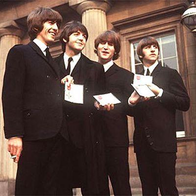 Os Beatles com suas condecorações do Império Britânico