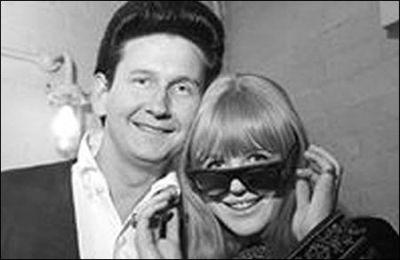 Marianne Faithfull consegue tirar os óculos de Roy