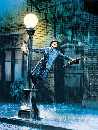 Gene Kelly fica tão feliz com a chuva que canta e dança