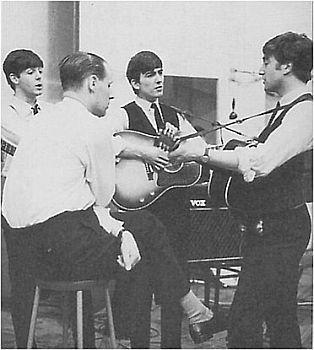 A gravação do álbum. O produtor George Martin aparece de costas.