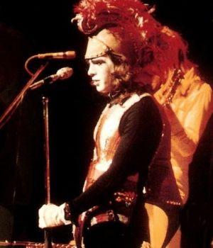 Peter Gabriel fantasiado de Britannia, para a execução de Dancing with the Moonlit Knight