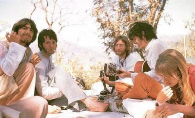 George, Paul, John, Donovan e Jenny