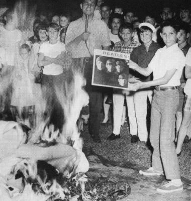 Pessoa queimam discos dos Beatles nos EUA, apoós a declaração de Lennon.