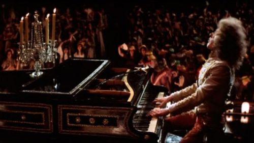 Liszt (Roger Daltrey) leva as fãs à loucura.