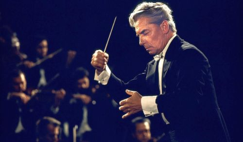 von Karajan cheio de pose, conduzindo de olhos fechados