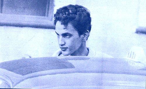Um Caetano abatido e com os cabelos cortados, após sair da prisão em 1969
