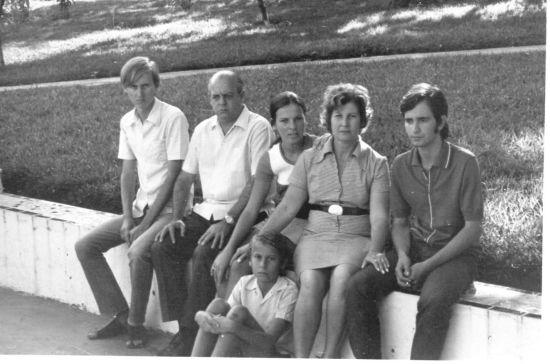Ela não gostava muito de fotos. Esta é do início da década de 70. Da esq. p/ dir. meu irmão Pedro, meu pai Joaquim (sempre posando de sério), minha irmã Jussara, minha mãe Maristela, meu primo (e posteriormente cunhado) Paulo Roberto. Eu estou no chão.