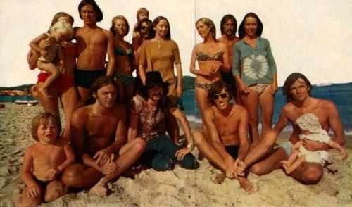 Gilmour, Mason, Waters, Wright, familiares e amigos na praia