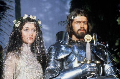 Guinevere (Cherie Lungui) E Artur (Nigel Terry)