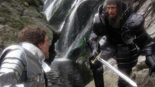 O primeiro encontro entre Lancelote (Nicholas Clay) e Artur (Nigel Terry)