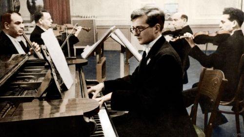 Dmitri Shostakovich ao piano com o Quarteto Glazunov em 1940.