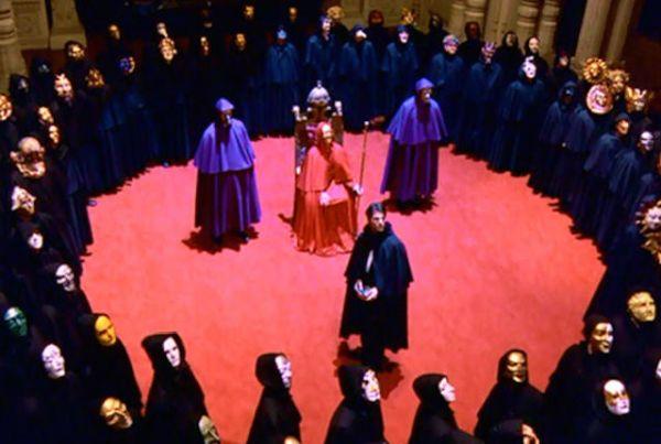 Bill (Tom Cruise) entrando numa fria na mansão dos rituais secretos dos bilionários.