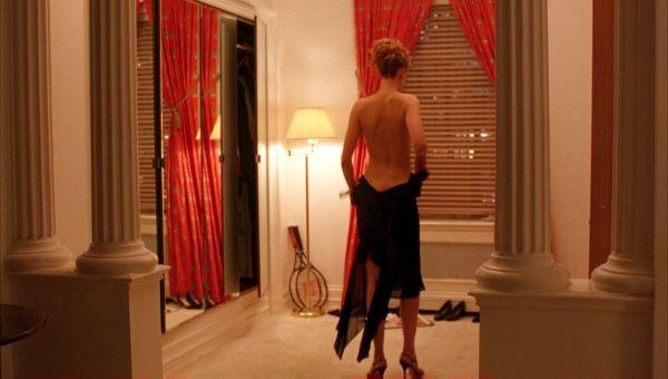 Alice (Nicole Kidman) se despe em frente ao espelho na abertura do filme.