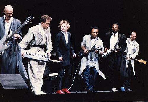 """Peter Gabriel, Laurie Anderson e banda em show da turnê de """"So"""""""